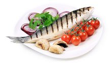 grilled-fish-tomatoes-onions-on-a-plate